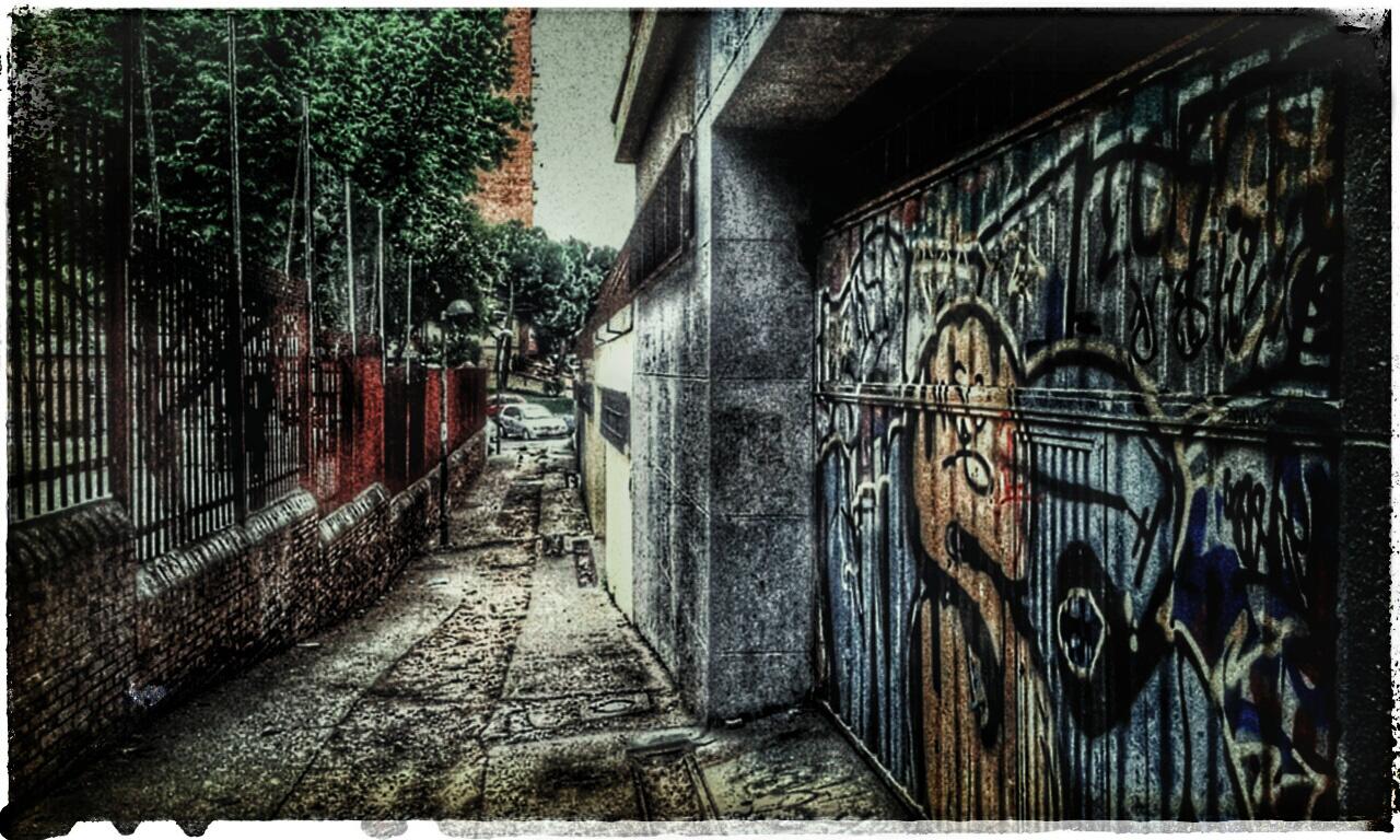 En este callejón aparece muerto un personaje.